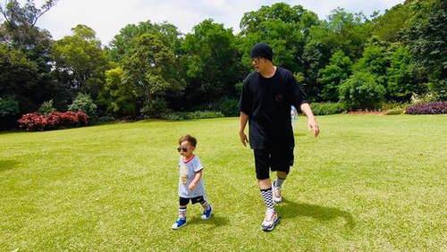 周杰伦晒儿子正面照 小小周运动装扮 戴墨镜憨萌可爱