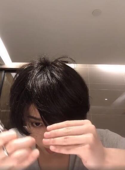 不按套路出牌 华晨宇自己动手剪头发 身穿简单灰T笑容干净