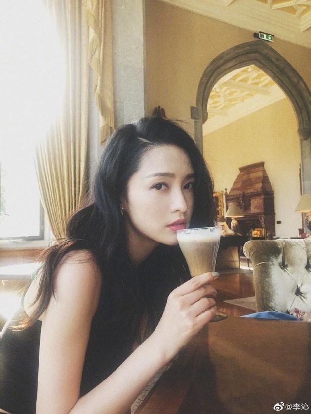 闲适惬意 李沁雨天喝奶茶享受生活 精致妆容披肩长发很撩人