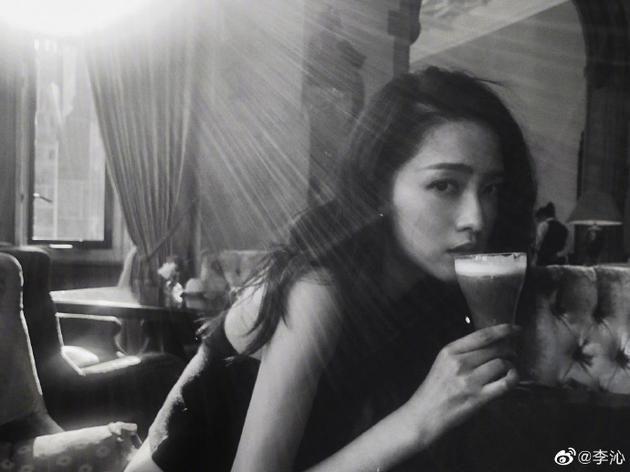 李沁手捧奶茶