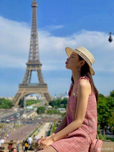 沈梦辰合影巴黎铁塔 大方秀长腿少女心十足
