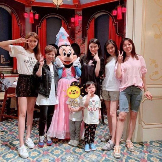 Baby携爱子与姐妹同游迪士尼 小海绵低头抠手 萌态十足!