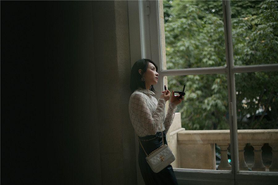 宋茜现身巴黎 邂逅独一无二的黑白质感
