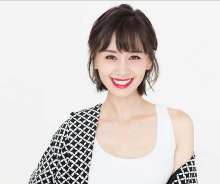 演员王子文:短发精神,笑容迷人,白色T恤时尚清新