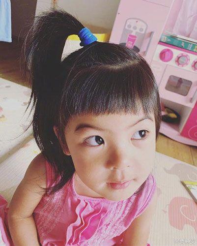 贾静雯变身理发师为女儿剪发 波妞秒变甜心公主可爱非常