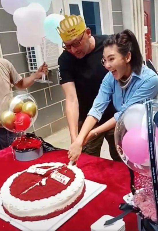 张雨绮庆33岁生日握管虎手切蛋糕 远处替身曝光