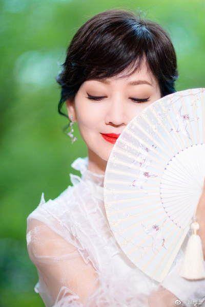 赵雅芝穿流苏白裙晒美照 手执扇子尽显优雅气质