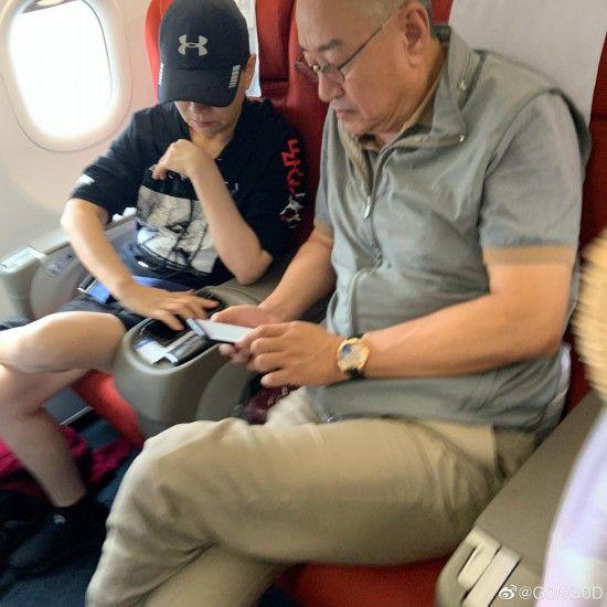 宋丹丹夫妇飞机上被网友偶遇 夫妇二人低调恩爱
