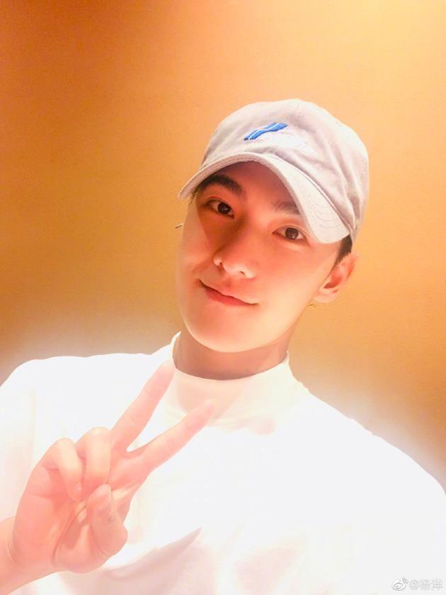 杨洋晒照庆祝28岁生日 穿白上衣戴鸭舌帽 对镜比V阳光帅气
