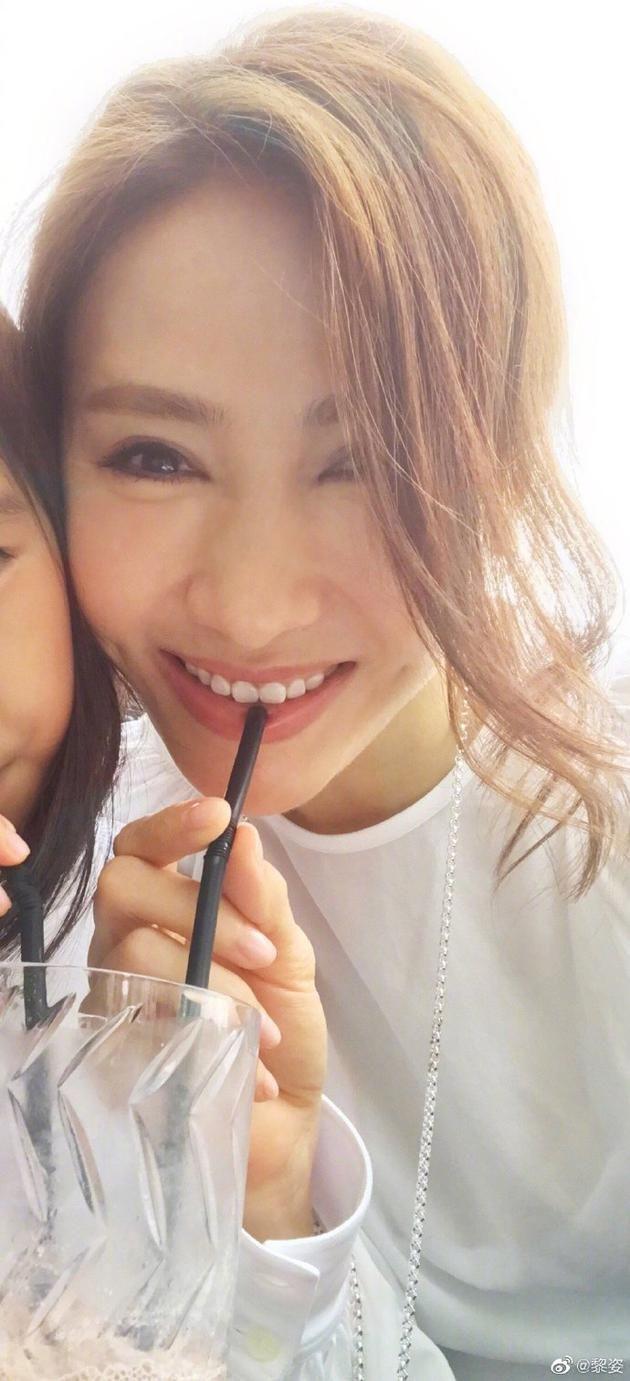 温馨!黎姿与女儿同饮冻果汁 母女俩贴脸甜笑似姐妹