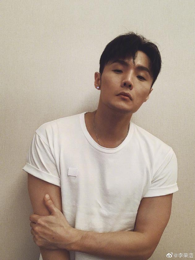 李荣浩领证后首晒照 穿白T帅气出镜自黑