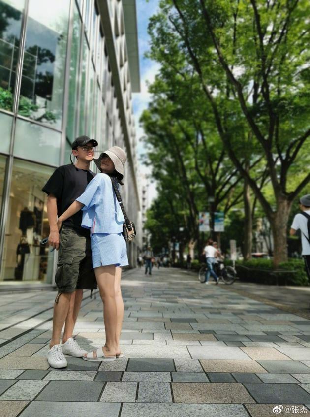 张杰晒拥抱照庆结婚八周年 谢娜:八年 杰就是爱