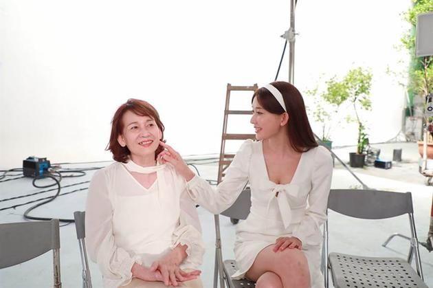 林志玲罕见晒与母合照 网友:母女俩真像