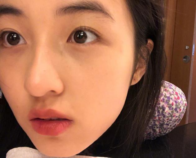 张子枫表情灵动无惧超近镜头 满脸胶原蛋白惹人羡
