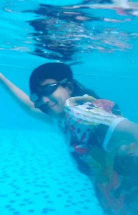 好一条美孕鱼!蔡少芬挺大肚游泳身体灵活敏捷 四肢纤细