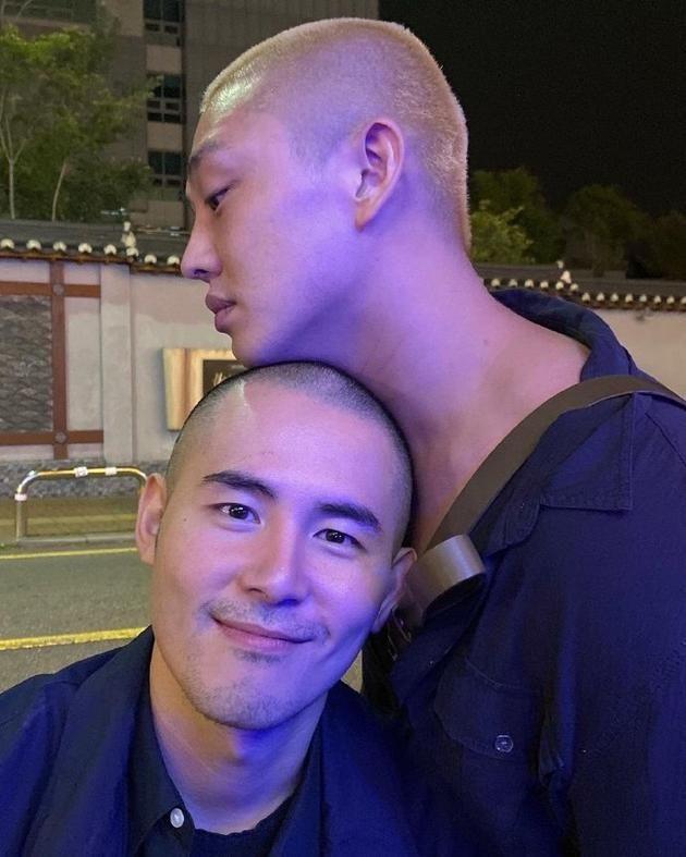 刘亚仁晒与男艺术家权哲华合照:一个切磋问题的对手