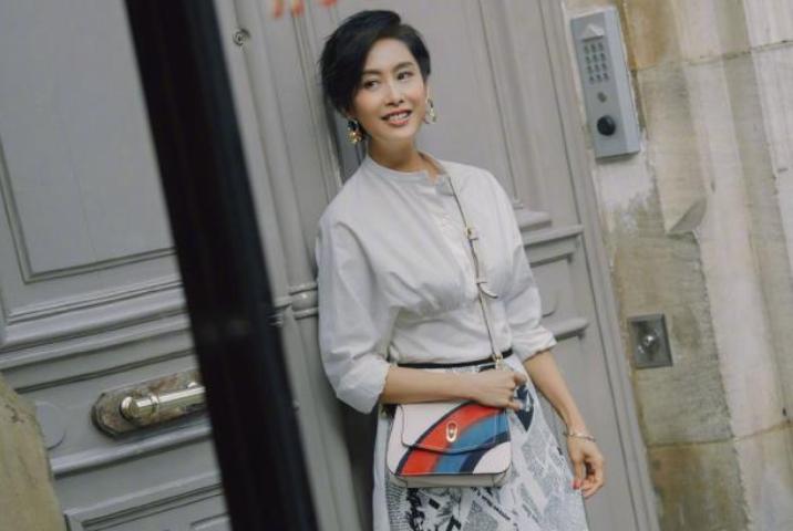 47岁朱茵巴黎街拍 还像紫霞仙子时期一样灵动好看