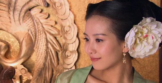古装剧中戴花朵头饰的女星 刘诗诗戴大朵白色花呈慵懒美感