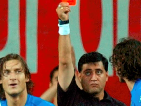 韩日世界杯黑哨是怎么回事?主裁判承认错误后话锋又转:判罚没错,满意!