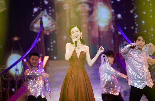 王鸥国剧盛典献唱开场曲沉稳大气 获年度演技突破女演员