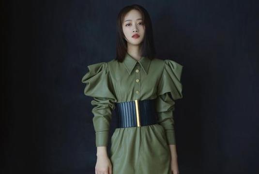 蓝盈莹新片路演身穿军绿色连衣裙 现场致敬英雄