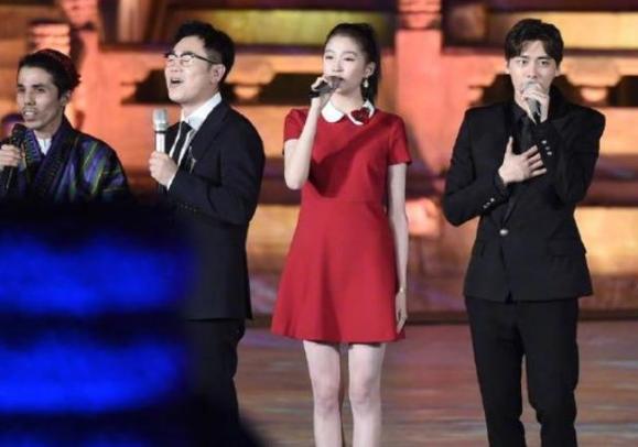 关晓彤和李易峰同台,没有太多互动,但看得出关晓彤很尊重李易峰