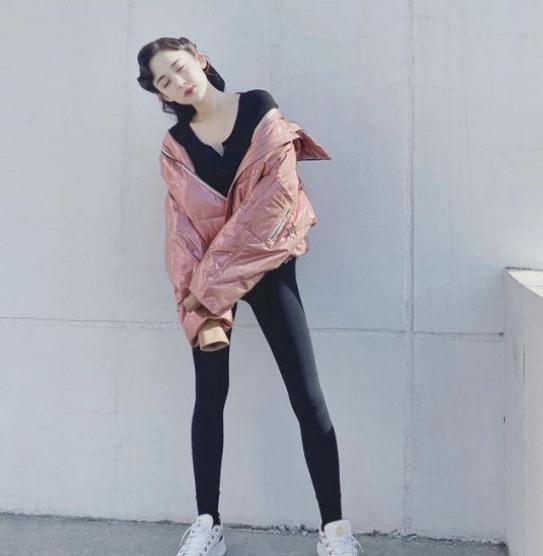 古力娜扎穿打底裤玩街拍,粉色上衣无处安放 少女感满满!