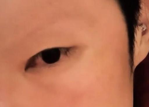 另类!41岁吴建豪近照曝光 剃掉眉毛耳朵里打了耳洞