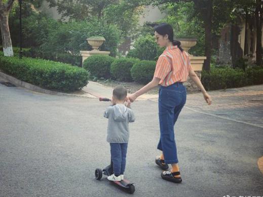 孙莉带儿子遛弯手把手教滑板 配文:人工动力滑板车