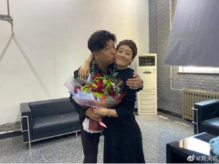大胆?马伊琍与已婚男演员刘天佐拍合照 抱一起玩亲亲