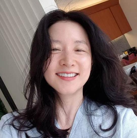 49岁李英爱真实素颜曝光 晒自拍无惧眼纹白到发光