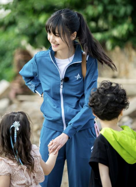 《奇妙小森林》郑爽复古校服出镜 少女感十足颜值在线