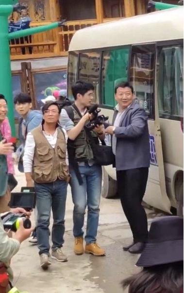 """王宝强刘昊然新片《我和我的家乡》再曝路透,二人""""变身""""摄影记者"""