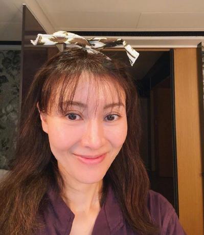 50岁李嘉欣尝试齐刘海发型 被粉丝吐槽:刘海造型不适合