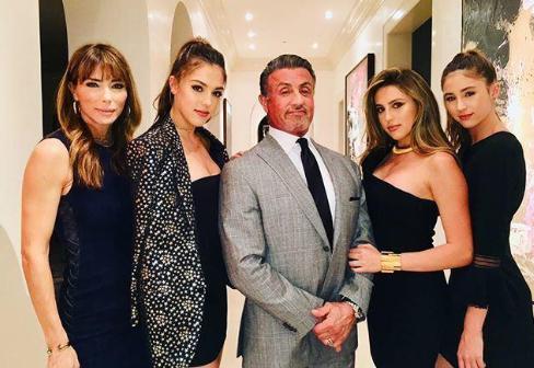73岁史泰龙晒与三个女儿合照 一个比一个美