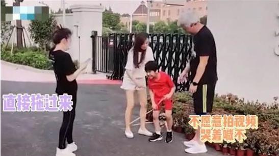 张庭路边硬拖儿子拍视频惹争议 网友:可怜孩子了