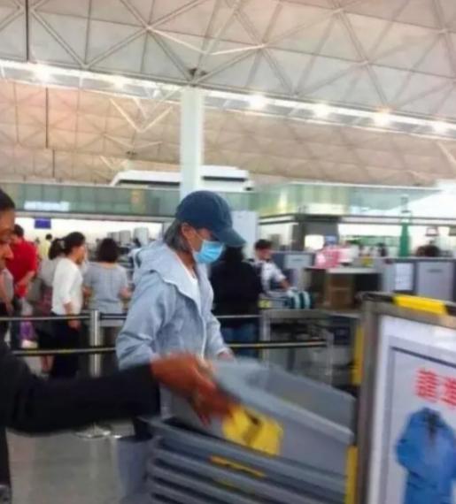 低调!58岁周星驰独自现身机场 帽子口罩打扮休闲