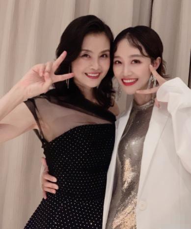 """蓝盈莹骄傲""""炫妈"""" 母女气质极好形如姐妹"""