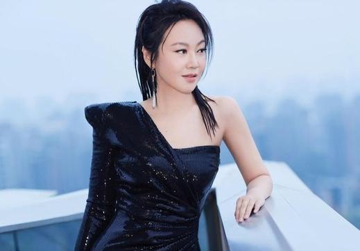 49岁闫妮脏辫造型 配斜肩黑色亮片裙又美又飒