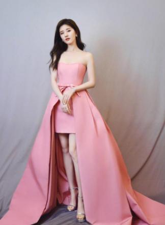 赵露思着粉色抹胸裙亮相 网友:糖果味道弥漫的女孩