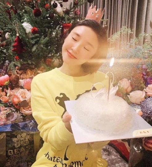 唐艺昕33岁庆生照曝光 手捧张若昀为其定制白天鹅蛋糕