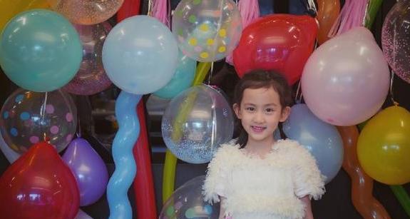 孙莉黄磊为小女儿庆生 多妹穿白色羽毛裙扎小辫可爱满分