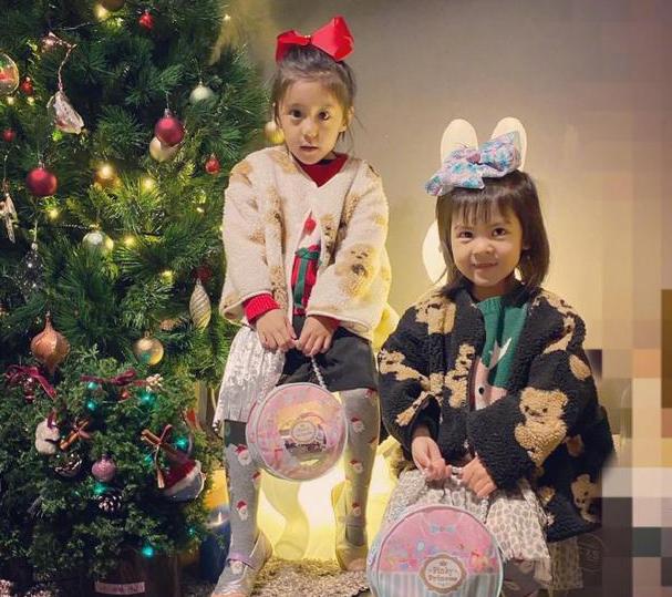 咘咘波妞穿姐妹装圣诞氛围满满 贾静雯为女儿备礼物贴心