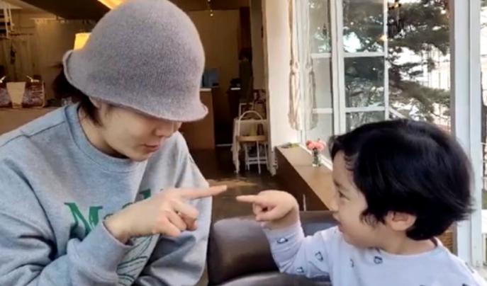 蔡琳离婚后首度公开三岁儿子照片 Eden长相秀气头发微卷