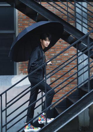 王俊凯持伞全黑装扮 回眸眼神杀伤力十足
