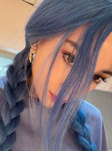 Angelababy晒蓝发怼脸自拍 俏皮又妖艳