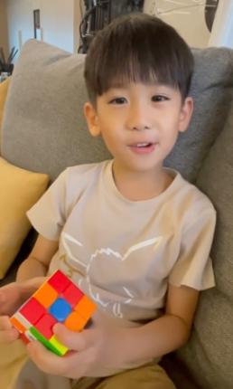 林志颖晒小儿子玩魔方视频 Jenson小奶音很可爱