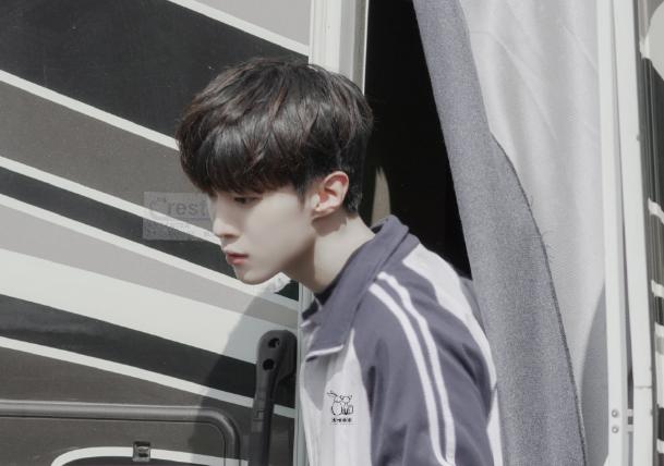 《左肩有你》拍摄路透 范丞丞王安宇穿高中校服少年感十足