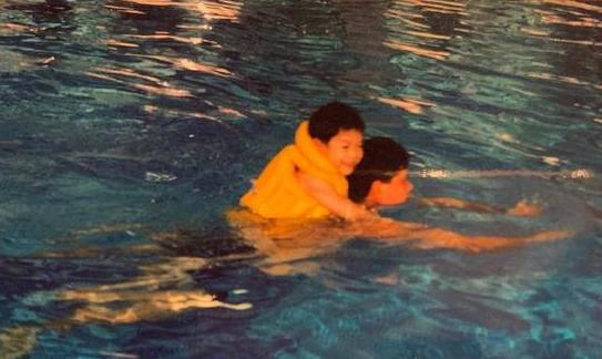 王嘉尔晒儿时与爸爸游泳照庆祝父亲节 父子感情好