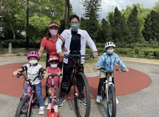 霍启刚42岁生日和家人一起骑单车 配文:有你们便足够